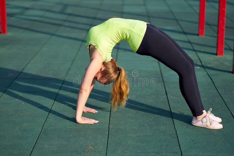 Rozciąganie gimnastyczki lub dansera kobiety szkolenia pociągi w treningów sportach gruntują Robić ćwiczenie mostowi fotografia royalty free