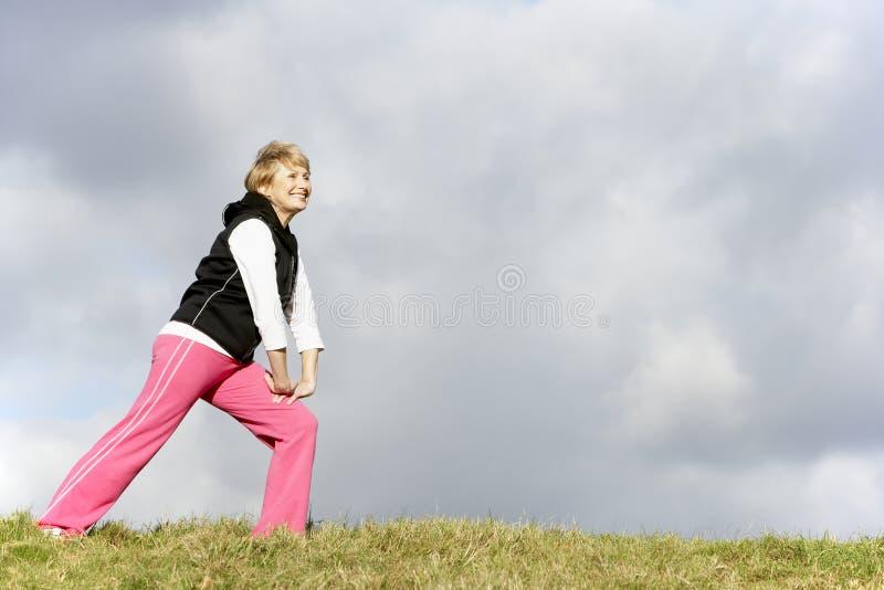 rozciąganie parkowa starsza kobieta zdjęcie stock