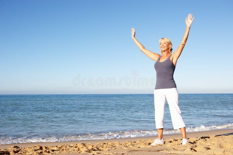 rozciąganie plażowa starsza kobieta fotografia royalty free