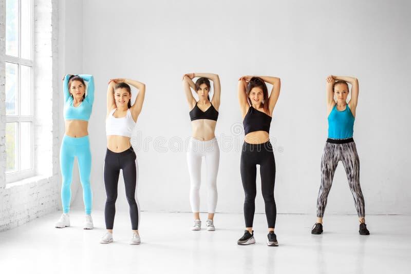 Rozciąganie w klasie tańca Koncepcja sportu, zdrowego stylu życia, sprawności, rozciągania zdjęcie stock