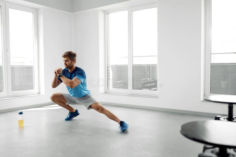 Rozciągliwości ćwiczenie Przystojny Zdrowy mężczyzna rozciąganie Przed treningiem obrazy royalty free