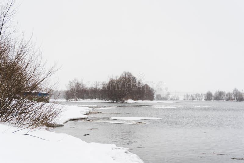 Rozciekły lód na wiosny rzece, zima krajobraz zdjęcie stock
