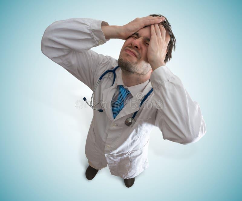Rozczarowana i zaakcentowana lekarka Niepowodzenia i nadużycia pojęcie obrazy stock