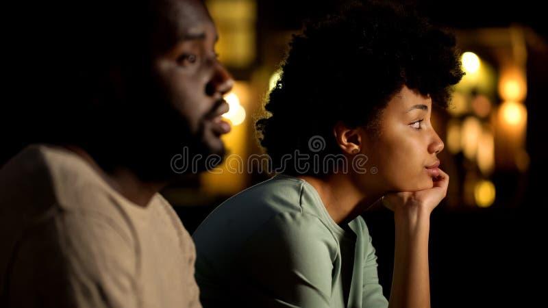 Rozczarowana kobieta na nieudanej randce w ciemno, powiązanie szykany, niezręczny moment fotografia royalty free
