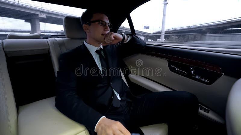 Rozczarowana mężczyzna jazda w samochodowym i patrzeje dużym mieście, nie udać się transakcja, biznes zdjęcie royalty free