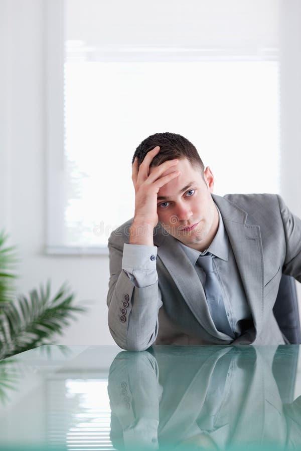 rozczarowywający rozczarowywać biznesmena zakończenie zdjęcie stock