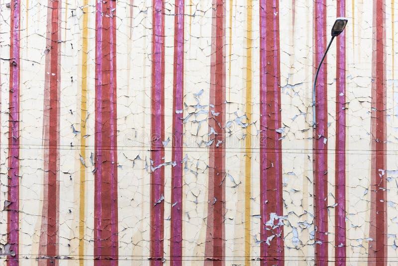 Rozdrabniania płatkowania stary paintwork na starej i starzenia się ścianie tenement dom z latarnią uliczną Obraz zaczyna blaknąć obrazy stock