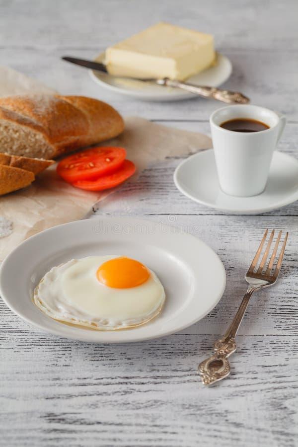Rozdrapani jajka na talerzu obraz royalty free