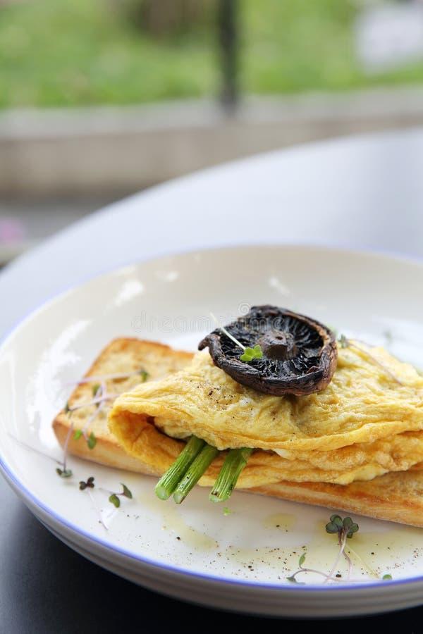 Rozdrapani jajka z chlebowymi asparagusami i pieczarką obraz royalty free