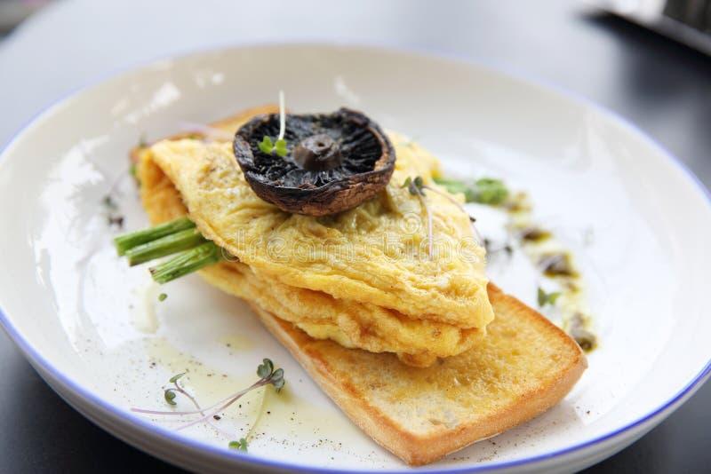 Rozdrapani jajka z chlebowymi asparagusami i pieczarką obrazy stock