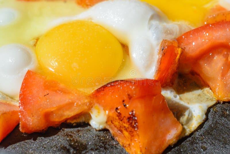 Rozdrapani jajka z piec pomidorami fotografia stock