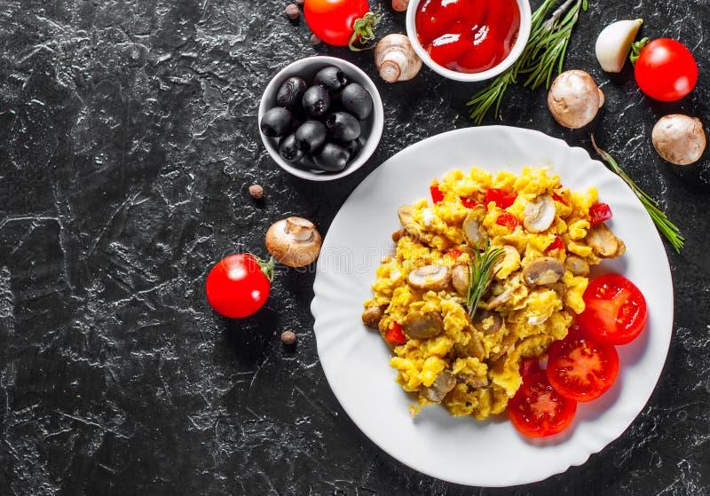 Rozdrapani jajka z pieczarkami i warzywami w bielu talerzu zdjęcie royalty free