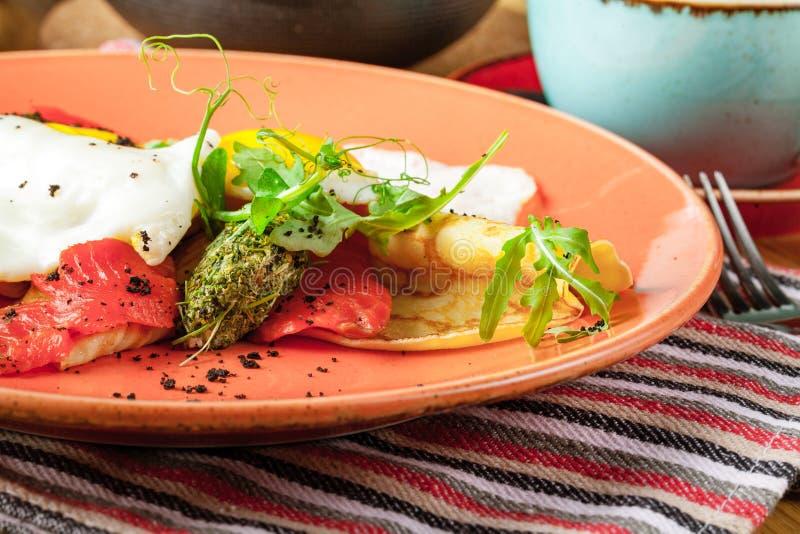 Rozdrapani jajka z uwędzonym łososiem, Śniadaniowy jedzenie fotografia royalty free