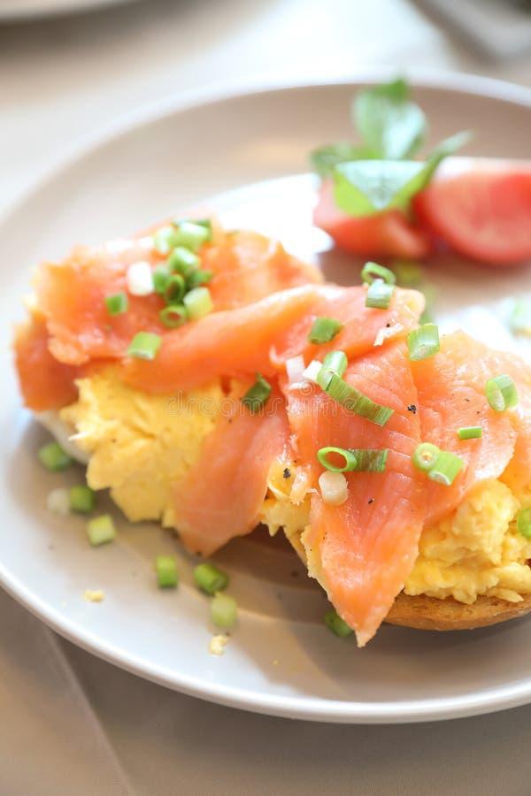 Rozdrapani jajka z uwędzonym łososiem na grzance, Śniadaniowy jedzenie zdjęcia stock