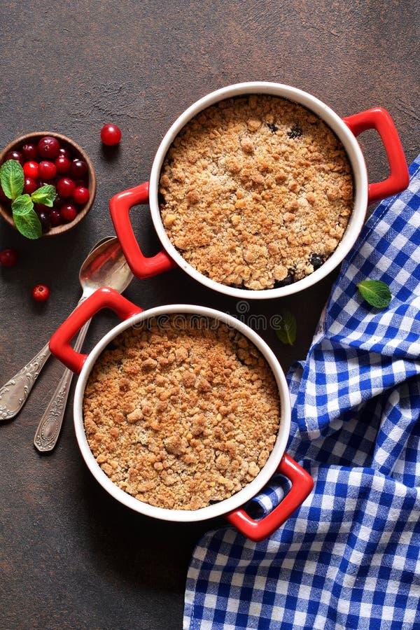 Rozdrobni z cranberries i innymi jagodami, dokr?tki na kuchennym stole fotografia stock