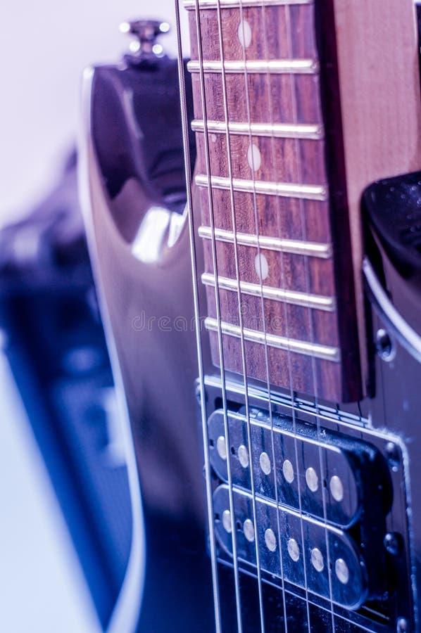 Rozdziela gitary elektrycznej i klasyka amplifikator na ciemnym tle zdjęcie royalty free