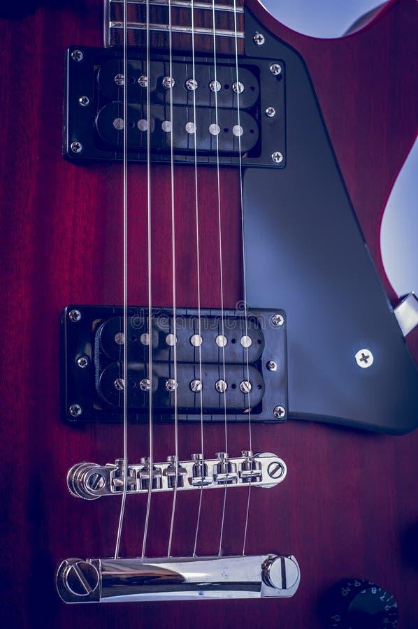 Rozdziela gitary elektrycznej i klasyka amplifikator na ciemnym tle zdjęcia stock