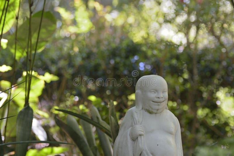 Roześmiana Azjatycka męska statua w ogród botaniczny wiosny wzgórzu, Floryda obraz stock