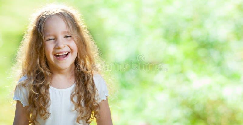 Roześmiana dziewczyna na trawie obrazy royalty free