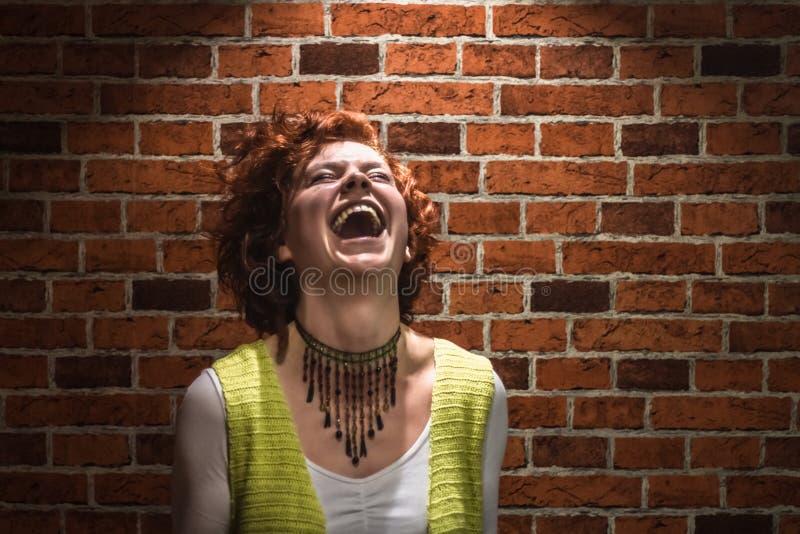 Roześmiana dziewczyna z imbirowym kędzierzawym włosy i piegami fotografia royalty free