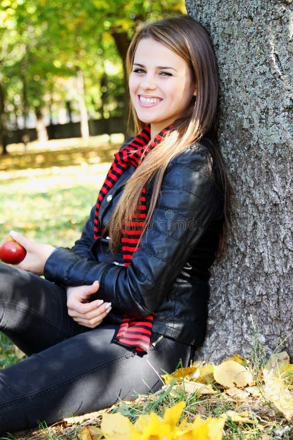 Roześmiana dziewczyna z jabłkiem zdjęcia royalty free
