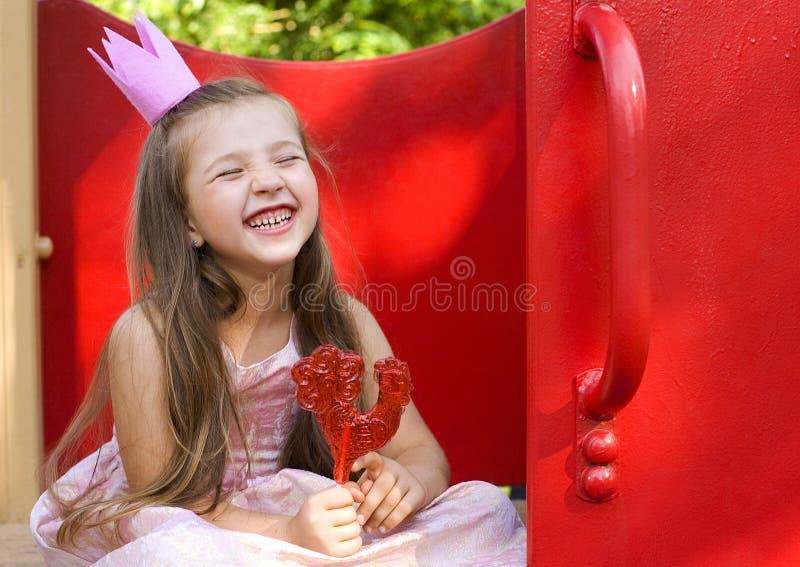 Roześmiana dziewczyna z słodkim cukierkiem zdjęcia stock