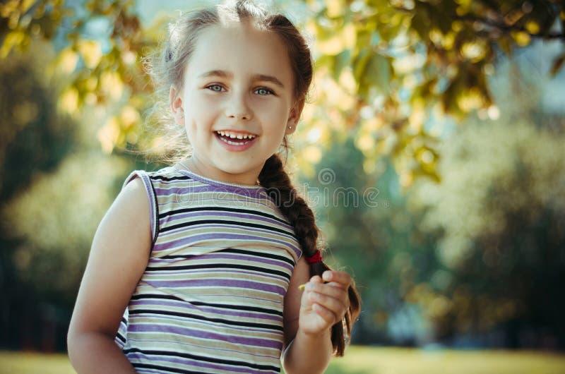 Roześmiana dziewczynka w lecie obrazy stock