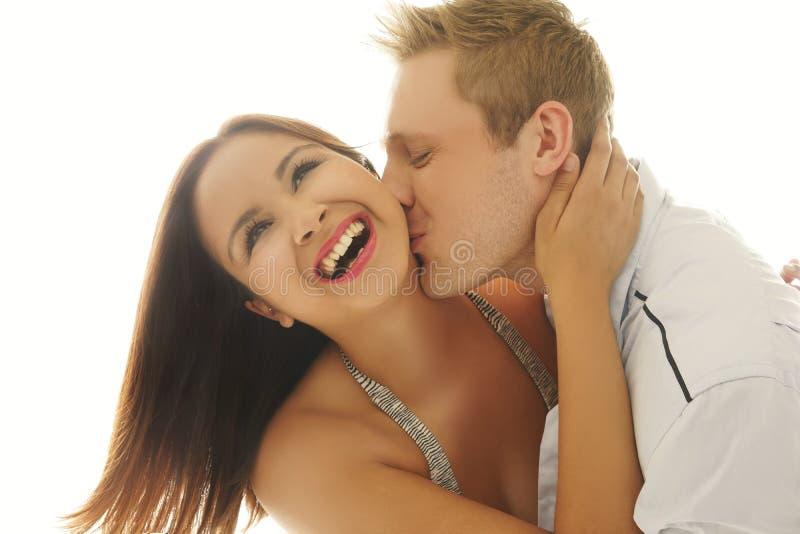 Roześmiana kobieta całuje jej kochankiem zdjęcie royalty free