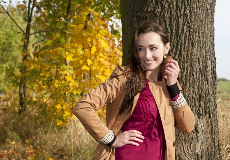 Roześmiana młoda kobieta zdjęcie royalty free