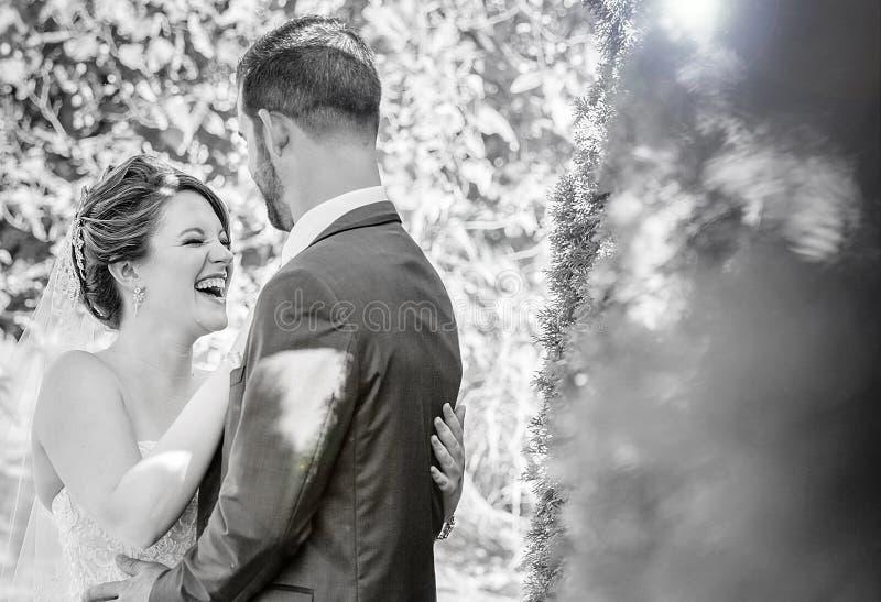 Roześmiana panna młoda przy ourdoor ogródu ślubem fotografia royalty free