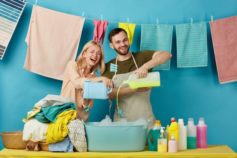 Roześmiana para dostaje przyjemność od czyści procesu obrazy stock