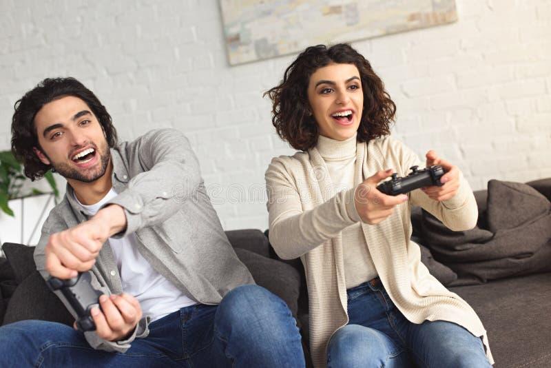 roześmiana potomstwo para bawić się gra wideo obrazy royalty free