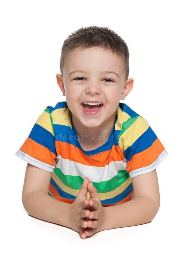Roześmiana preschool chłopiec na bielu zdjęcie stock