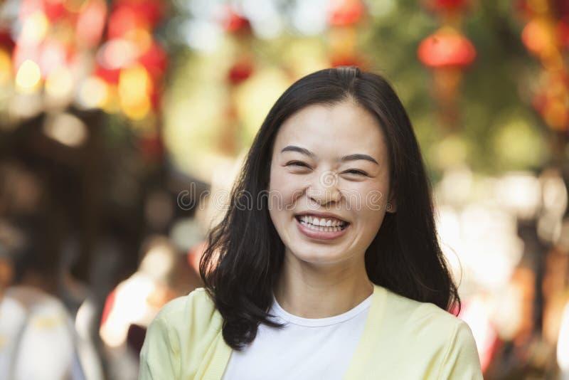 Roześmiana W połowie Dorosła kobieta W Nanluoguxiang, Pekin zdjęcie stock