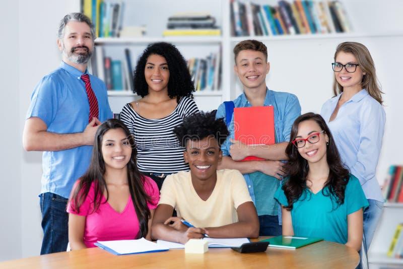 Roześmiani nauczyciele z wielokulturową grupą ucznie obraz royalty free
