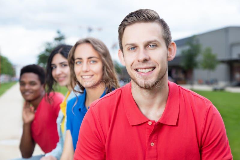 Roześmiany caucasian młody dorosły i wieloetniczni przyjaciele plenerowi zdjęcia stock