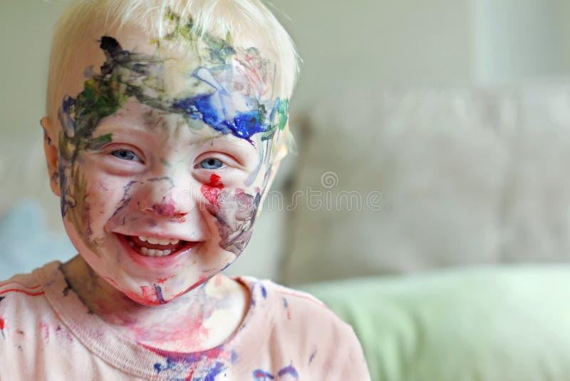 Roześmiany dziecko Zakrywający w farbie zdjęcie royalty free