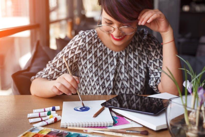 Roześmiany kobieta rysunek z pastylką obrazy stock