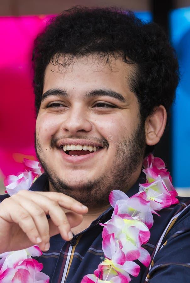 2019: Roześmiany mężczyzna uczęszcza Gay Pride paradę także znać jako Christopher dnia Uliczny CSD w Monachium, Niemcy zdjęcie stock