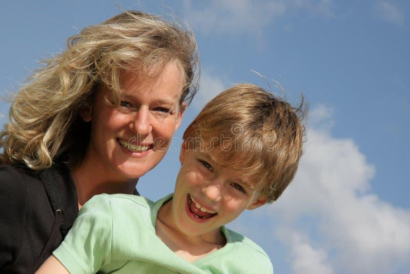 roześmiany macierzysty uśmiechnięty syn obraz stock