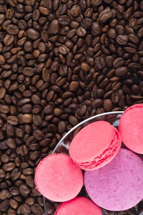 Roze aardbeikoekjes op een achtergrond van koffiebonen royalty-vrije stock afbeeldingen