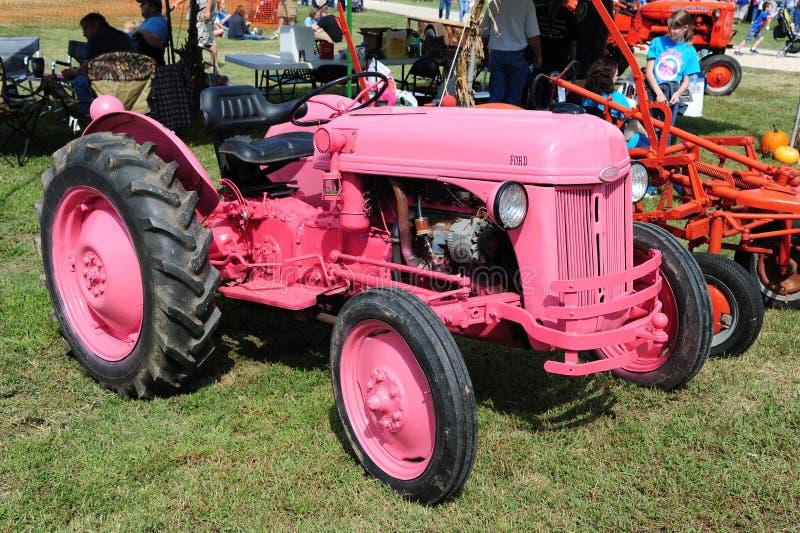 Roze antieke de landbouwtractor van Ford royalty-vrije stock foto