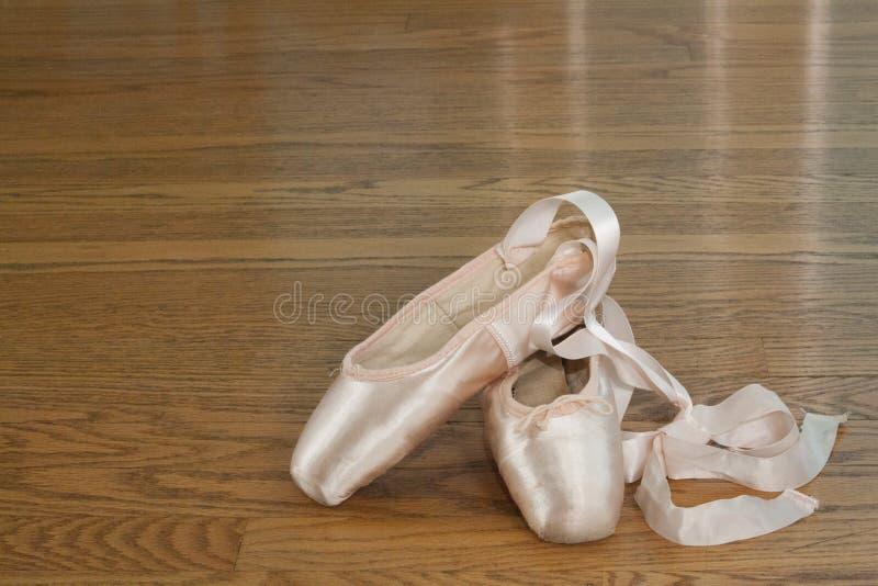 Roze ballet pointe schoenen royalty-vrije stock foto's