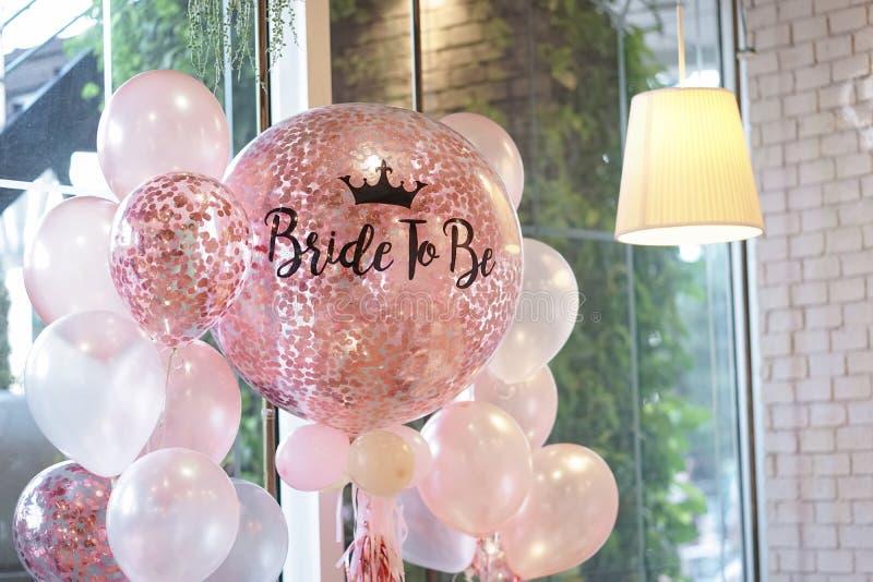 Roze Ballons Heliumballons in roze en witte decoratie voor royalty-vrije stock fotografie