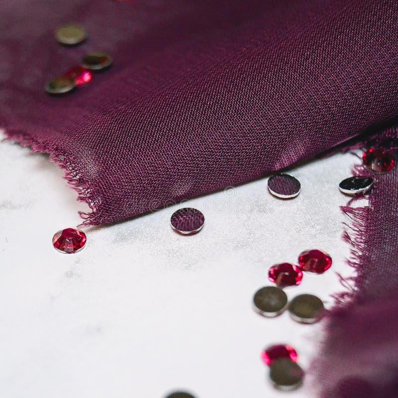 Roze bergkristallen en chiffonstof op een marmeren lijst stock afbeeldingen