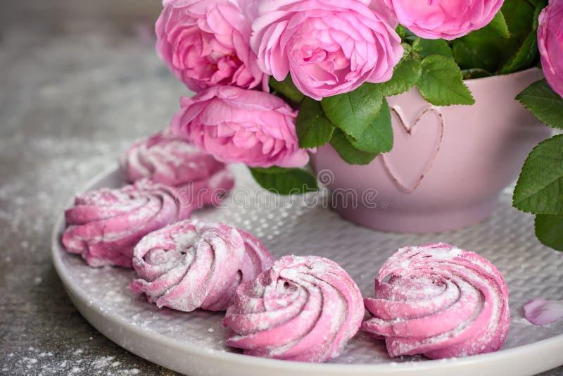 Roze bessenheemst en een boeket van rozen stock afbeelding