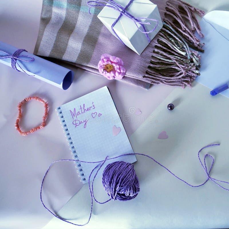 Roze bloem, ultraviolet pastelkleurkleurpotlood, blocnote en prentbriefkaar aan moeder` s dag op een lichte achtergrond stock afbeeldingen
