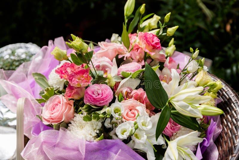 Roze bloemboeket royalty-vrije stock afbeelding