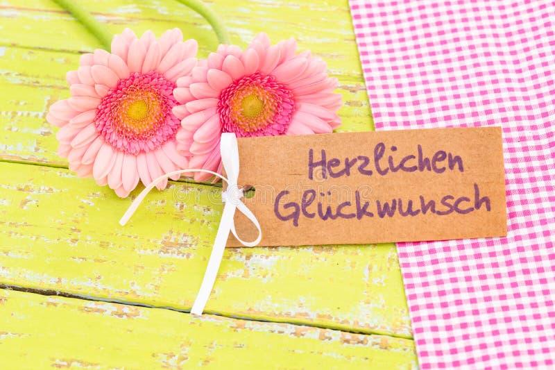 Roze bloemen en de Duitse tekst van de groetkaart, Herzlichen Glueckwunsch, middelengelukwens voor Huwelijk of Valentijnskaartend royalty-vrije stock foto's