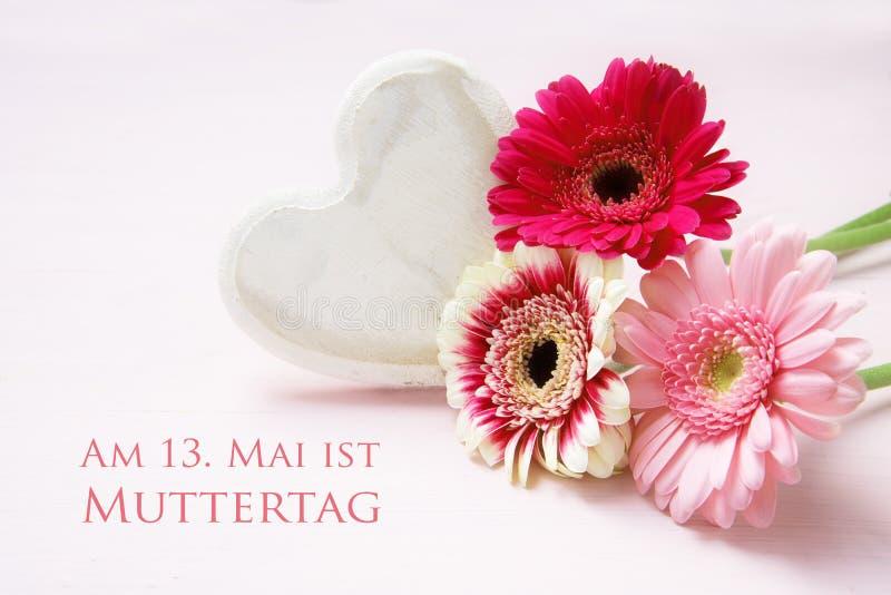 Roze bloemen en een wit geschilderd houten hart op een pastelkleur colore royalty-vrije stock fotografie